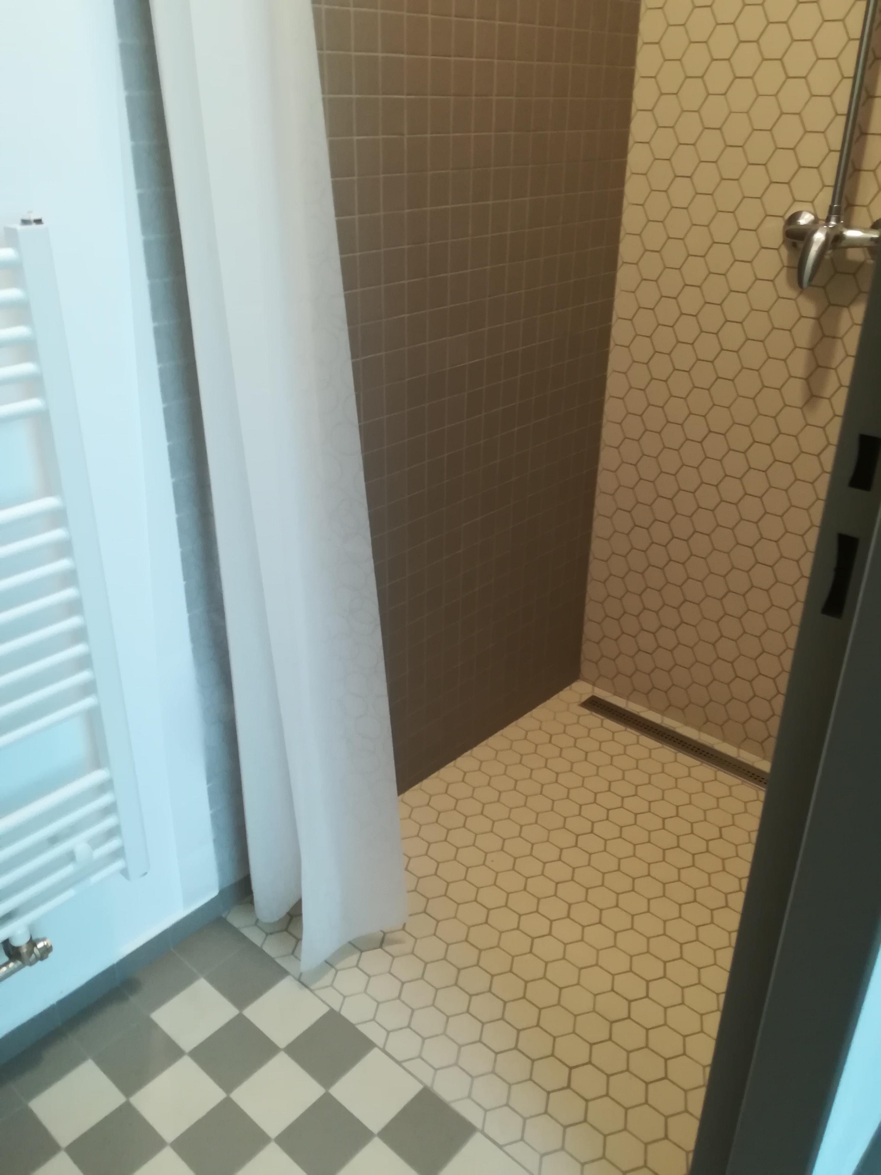 Sprchy v šatně žen
