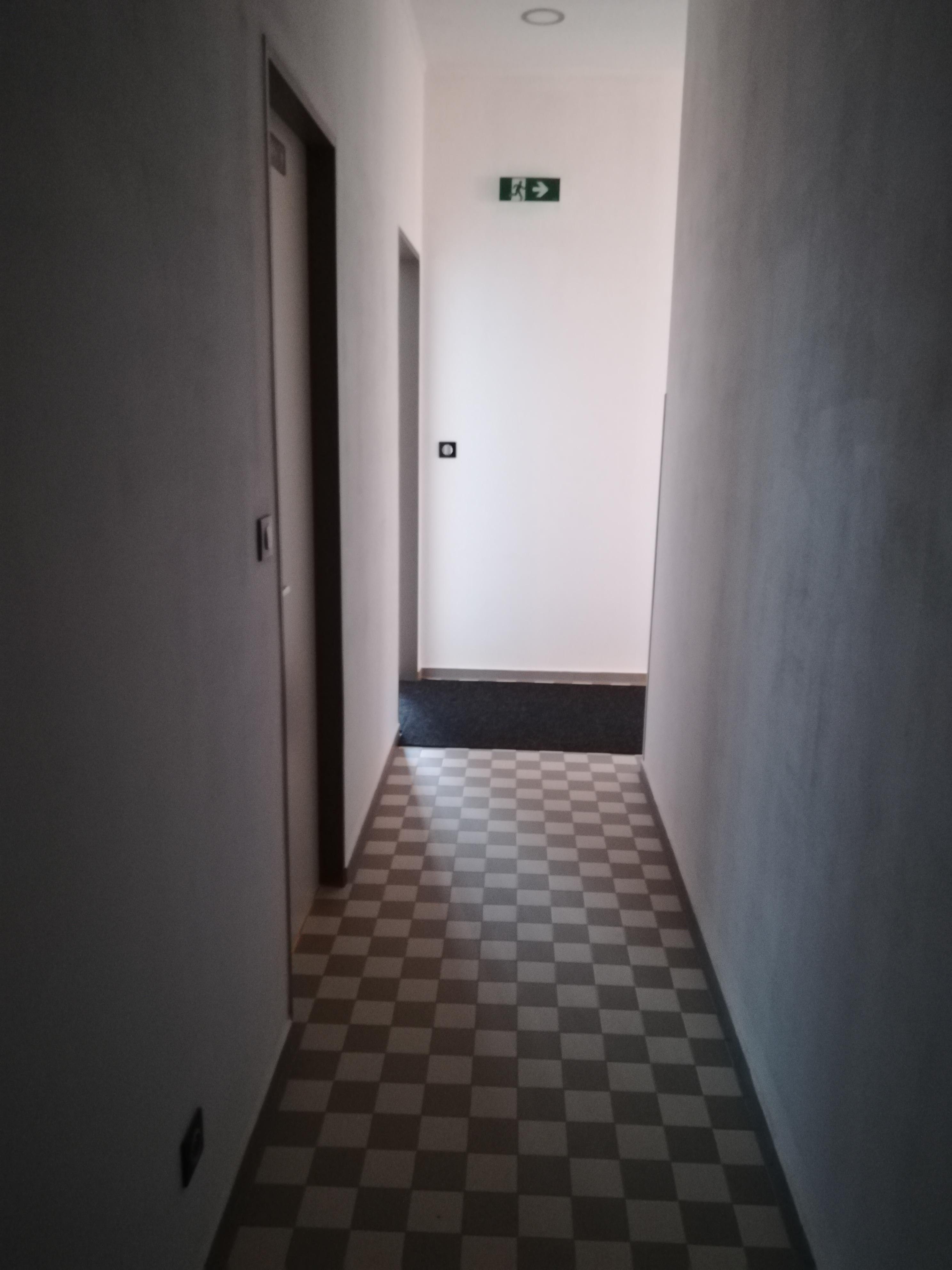Chodba mezi šatnami a toaletami